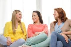 Trois amies ayant un entretien à la maison Photo stock
