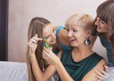 Trois amies caucasiennes drôles avec la discussion de parenthèses de dents Image stock