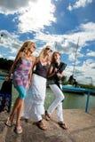 Trois amies dans le port Photographie stock libre de droits