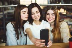 Trois amies de femmes ont plaisir à avoir le temps ensemble Photos libres de droits