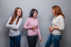 Trois amies de filles parlant deux, un étaient Photographie stock libre de droits