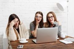 Trois amies de jeunes femmes avec l'ordinateur portable Images libres de droits