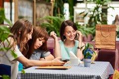 Trois amies en café Image libre de droits