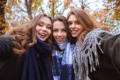 Trois amies faisant la photo de selfie sur l'appareil-photo Photographie stock