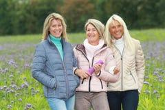 Trois amies mûres heureuses - tir extérieur Images libres de droits