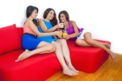 Trois amies mignonnes riant et ayant l'amusement à la maison. Photos libres de droits
