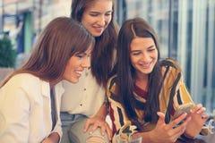 Trois amies ont l'amusement au café Photo libre de droits