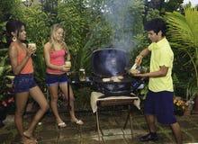 Trois amis à un barbecue Images libres de droits