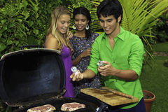 Trois amis à un barbecue Image stock