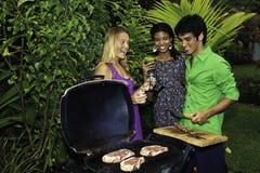 Trois amis à un barbecue Images stock