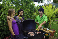 Trois amis à un barbecue Photographie stock