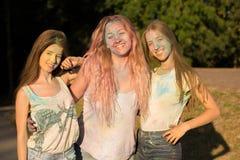 Trois amis adorables de jeunes femmes célébrant le festival de Holi Image libre de droits