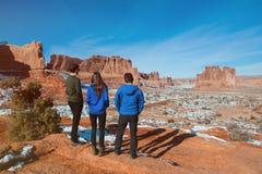 Trois amis appréciant la vue de parc national de voûtes Image libre de droits