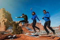 Trois amis appréciant le freedome de parc national de voûtes Photos stock