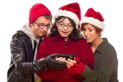 Trois amis appréciant un téléphone portable ensemble Images libres de droits
