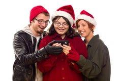 Trois amis appréciant un téléphone portable ensemble Photographie stock