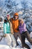 Trois amis apprécient des montagnes de vacances d'hiver de neige Photo stock