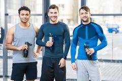 Trois amis au club de sport Photographie stock libre de droits