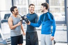 Trois amis au club de sport Image stock