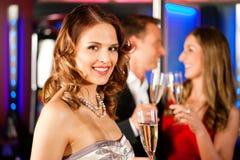 Trois amis avec le champagner dans un bar Image libre de droits