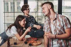 Trois amis ayant l'amusement, badinant et riant de la partie amis Photographie stock