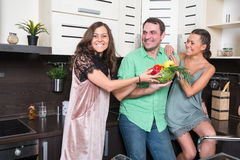 Trois amis ayant l'amusement dans la cuisine Photo stock