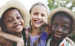 Trois amis ayant l'amusement dans le parc Images libres de droits