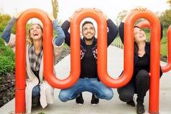 Trois amis ayant l'amusement dehors Photo libre de droits