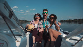 Trois amis ayant l'amusement sur le bateau Photos stock