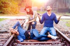 Trois amis ayant le fiun sur des voies de train photographie stock libre de droits