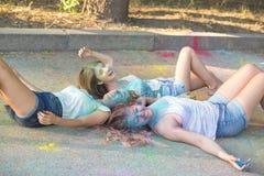 Trois amis blonds heureux de femmes ayant l'amusement au festival de Holi Photos libres de droits