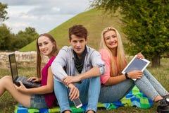 Trois amis détendant et ayant Image stock