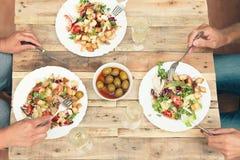 Trois amis dînant informel ensemble Photographie stock