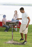Trois amis d'adolescent ayant un barbecue Image stock