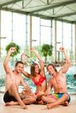 Trois amis dans la piscine publique Photos stock