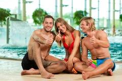 Trois amis dans la piscine publique Photographie stock libre de droits