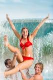 Trois amis dans la piscine publique Photographie stock