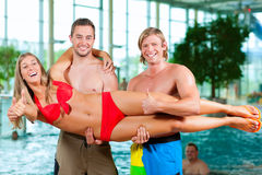 Trois amis dans la piscine publique Photo stock