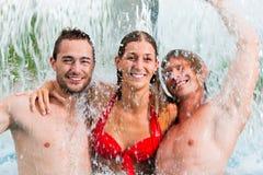 Trois amis dans la piscine publique Image libre de droits