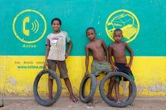 Trois amis dans un village du Madagascar Image stock