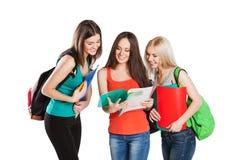 Trois amis de sourire d'étudiants universitaires avec Images stock