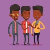Trois amis de sourire regardant le téléphone portable Images libres de droits