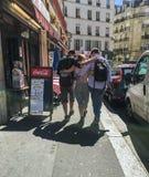 Trois amis descendent la rue de Paris en été Images stock