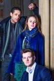 Trois amis : Deux jeunes hommes et une jeune femme Photo libre de droits