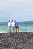 Trois amis devant l'océan à Lanzarote Image stock