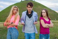 Trois amis en parc après combat énorme Photographie stock libre de droits