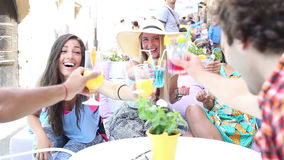 Trois amis féminins buvant des cocktails sur le café de terrasse en été clips vidéos