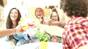 Trois amis féminins buvant des cocktails sur le café de terrasse en été banque de vidéos