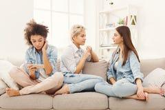 Trois amis féminins détendant à la maison Image stock