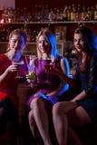 Trois amis féminins dans la barre Photographie stock libre de droits